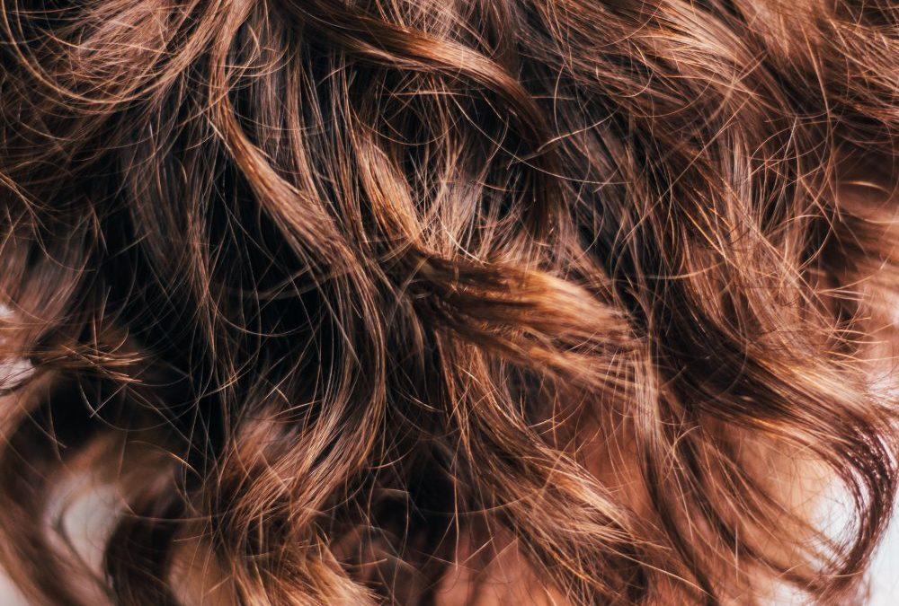 Gå till en frisör som tar hand om håret